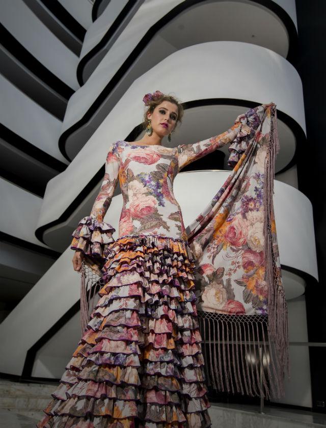 Lola con traje de flamenca, flores y complementos de Cloë y calzado de Roberto Garrudo. Foto: JM Serrano
