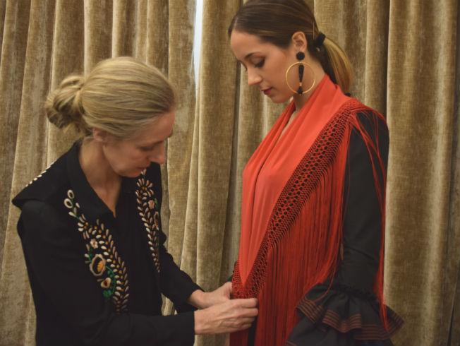 Como poner el mantoncillo en el traje de flamenca con Lina