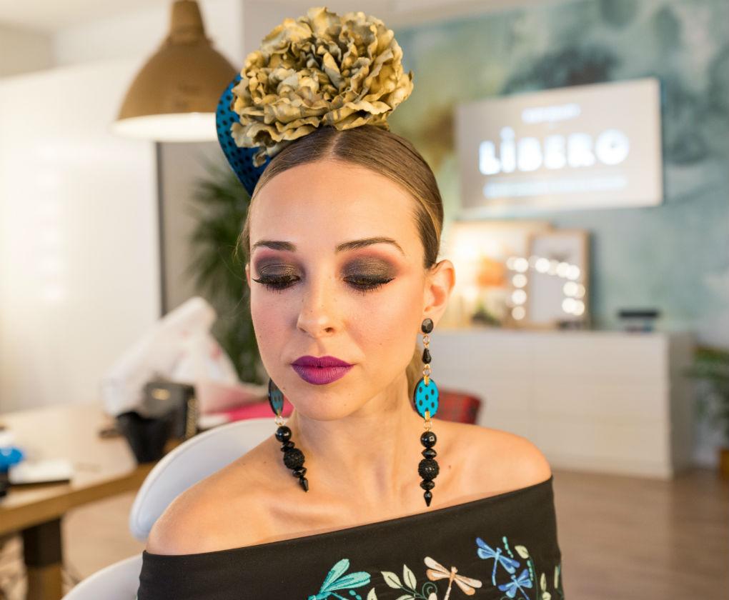Paso a paso del maquillaje de flamenca ahumado clásico con labial morado. Foto: Laura Álvarez