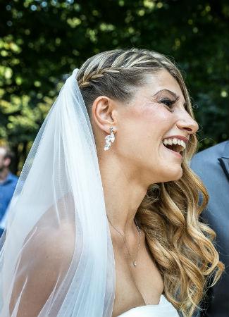 Peinado de novia con melena a un lado y trenza tejidaPeinado de novia con melena a un lado y trenza tejida