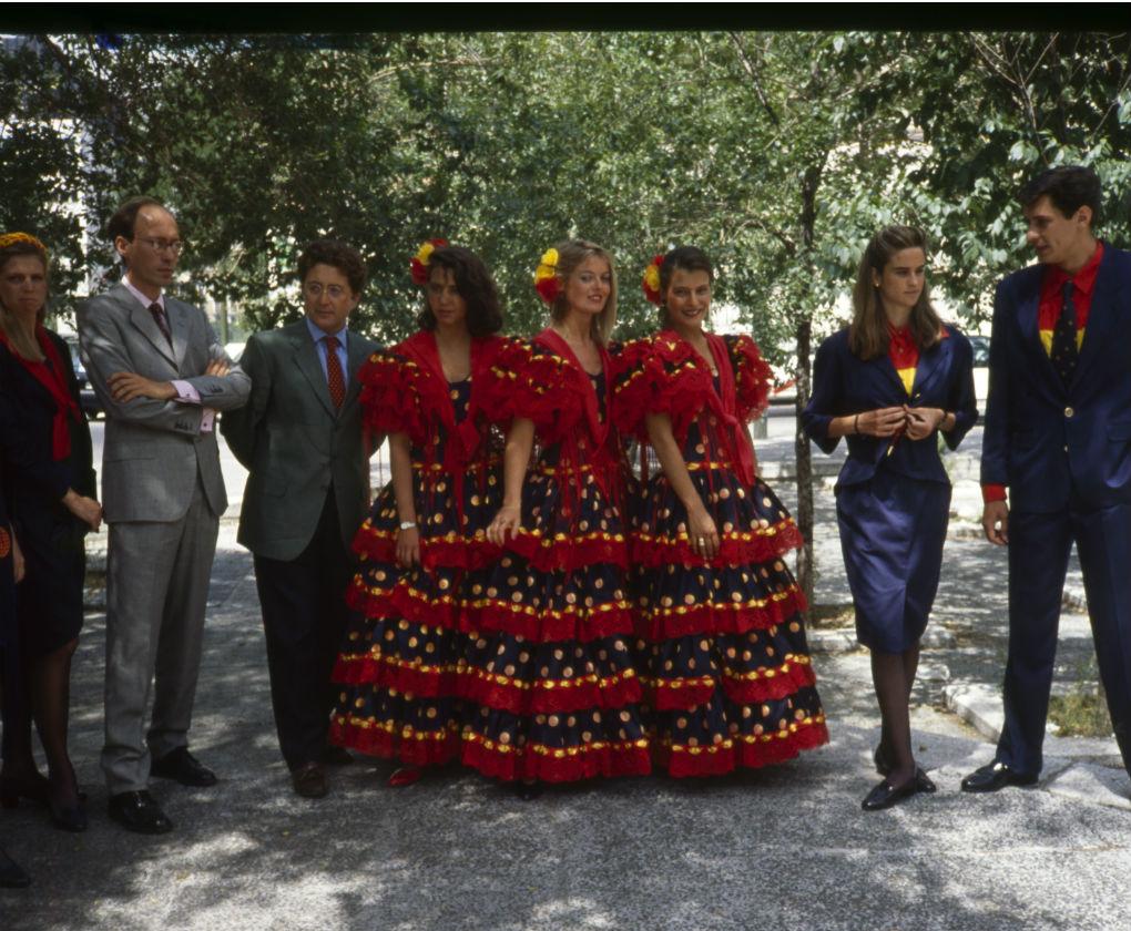 Victorio & Lucchino con los trabajadores de la Expo 92 vestidos con sus uniformes. Archivo ABC de Sevilla