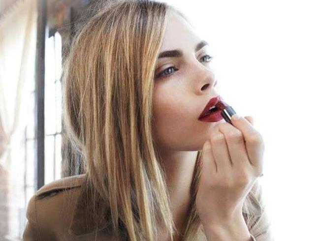 Así se aplica en color en los labios la modelo Cara Delevingne
