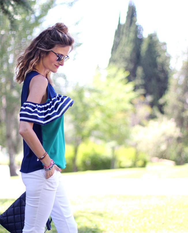 Camisa de estilo navy y hombros descubiertos para el verano de Con paso chic