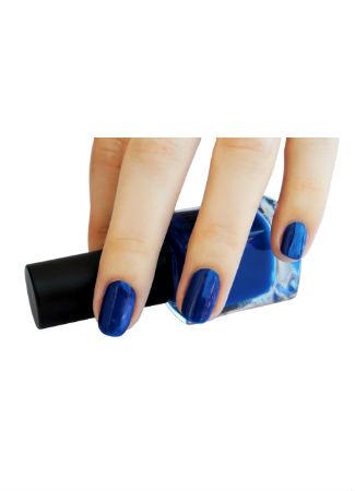 Color azul eléctrico para las uñas en la primavera verano 2017