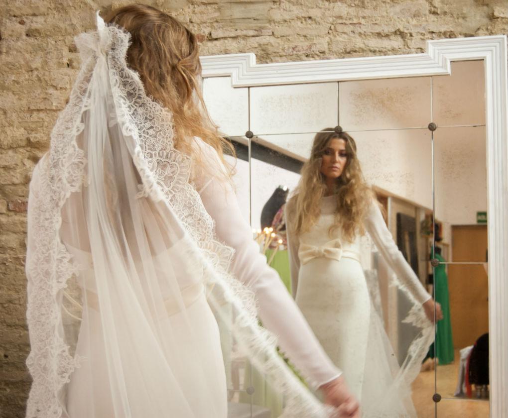 b2d9d7c9df Vídeo  Todas las formas en las que puedes poner el velo de novia ...