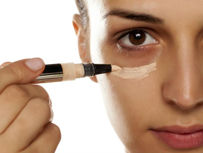 9d5e74a18 Errores que evitar cuando utilizamos el corrector de maquillaje ...
