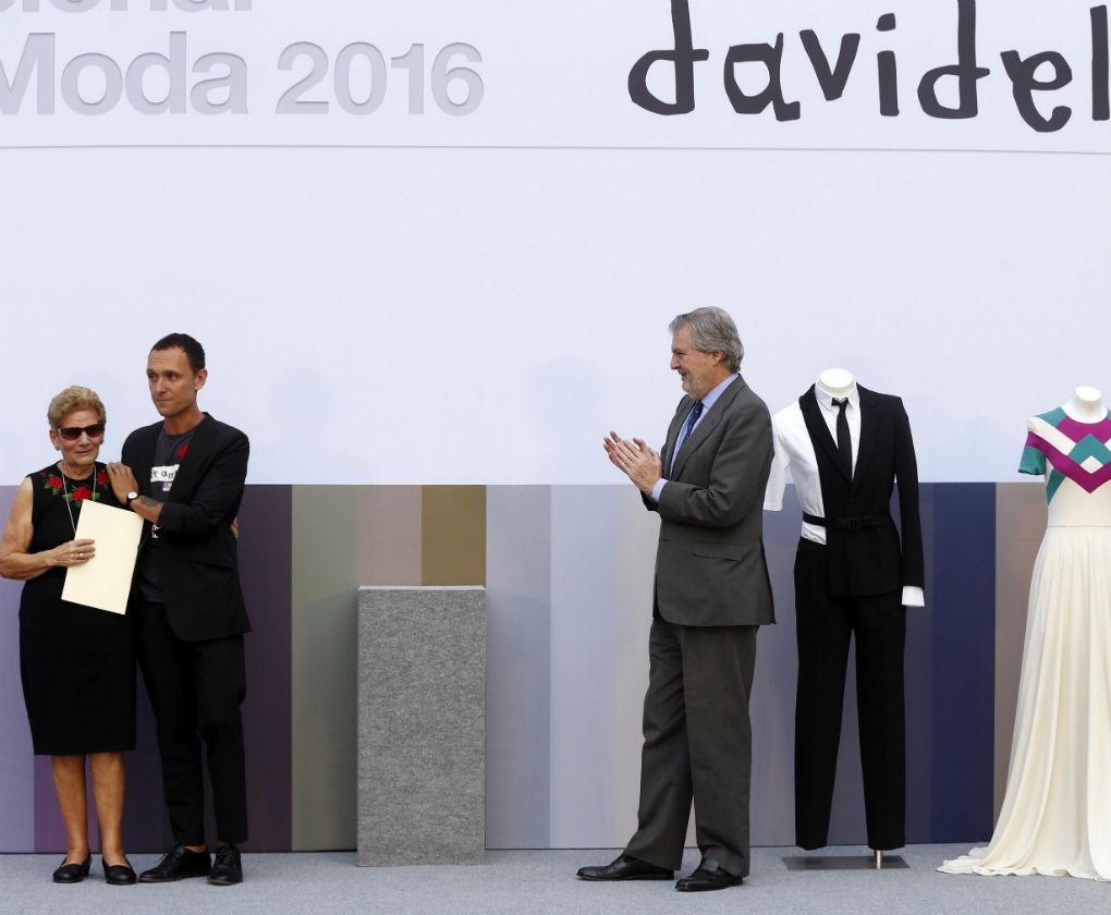 La madre de David Delfín y Gorka Ochoa, su socio, reciben el Premio Nacional de la Moda 2016 póstumo del ministro de cultura. Foto: EFE