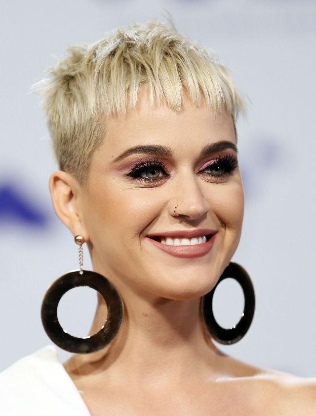 Katy Perry fue la maestra de ceremonias de estos premios: lució su cabello corto y rubio platino y en cuanto al maquillaje, total protagonismo en los ojos con un ahumado bronce. Foto: Reuters