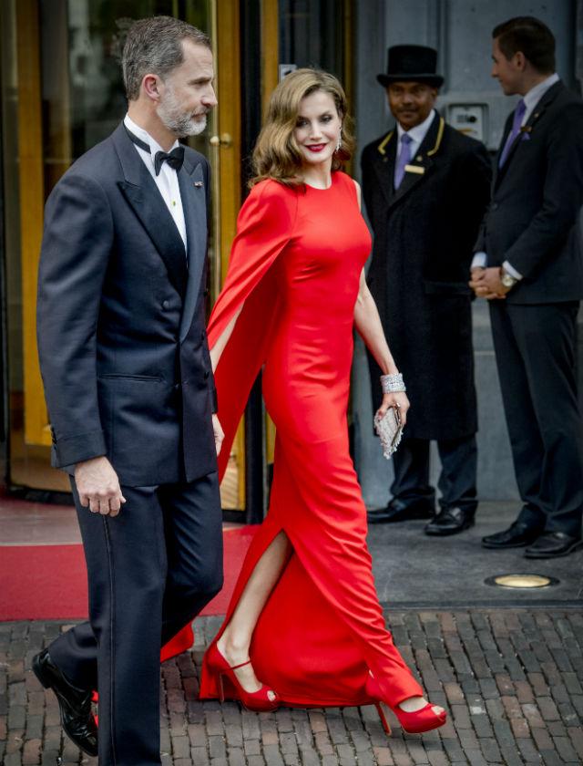 No extraña que sea de nuevo y de rojo como la Reina Letizia haya sido de las mejor vestidas del año. Este diseño de Stella McCartney la convertía en una diva de Hollywood para el cumpleaños de Guillermo de Orange. Foto: G3