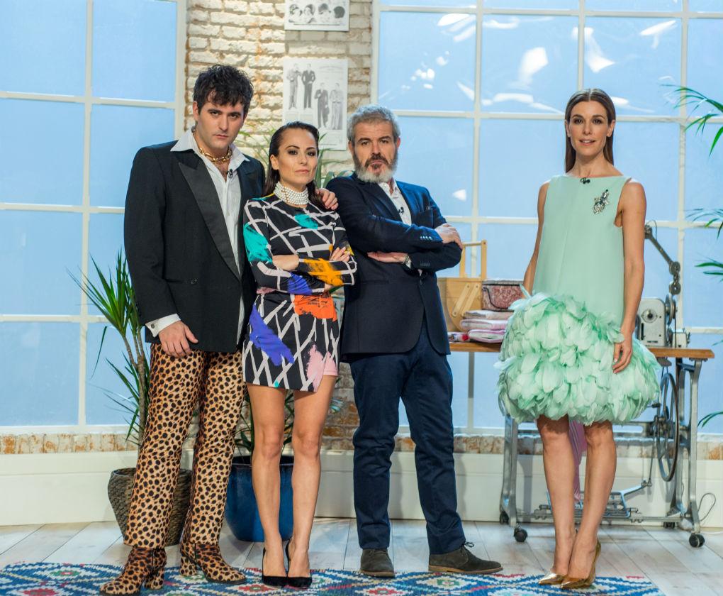 Alejandro Palomo junto a María Escoté, Lorenzo Caprile y Raquel Sánchez Silva, jurado y presentadora de Maestros de la Costura. RTVE