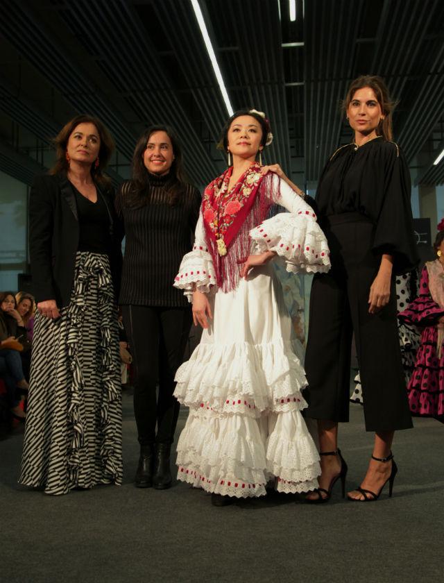 Lourdes Montes y Rocío Terry (creadoras de la firma MiAbril) junto a su traje de flamenca con tejido reciclado de Ecoembes. Foto: Chema Soler
