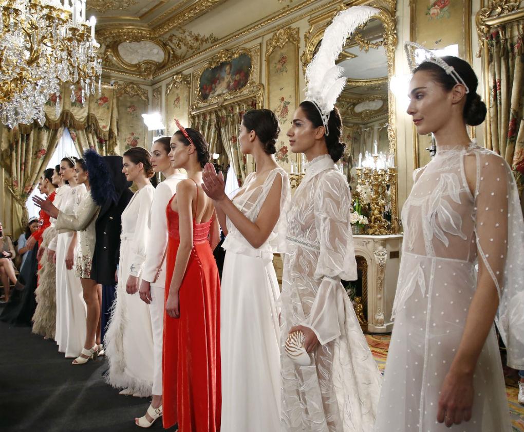 Desfile de Cristina Piña en Atelier Couture 2018. Apostó por peinar a sus novias con recogidos bajos. Perfectos para llevar diademas o tocados.