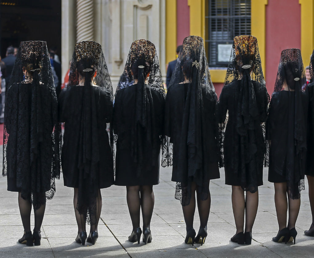 Mujeres vestidas en mantilla en Sevilla
