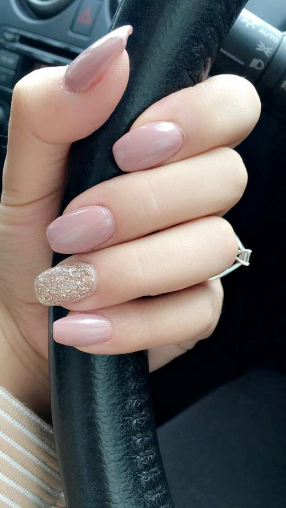 manicura-accent-nails-nude