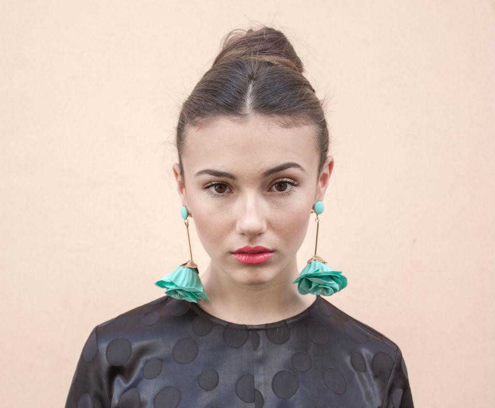 Maquillaje para la Feria de Abril con labios en tono coral. Foto: Vanessa Gómez