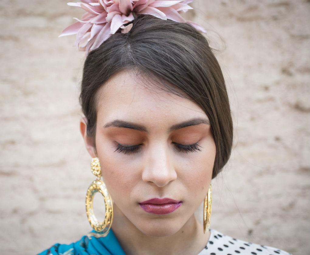 Maquillaje para la feria con eyeliner azul y labios bicolor. Foto: Vanessa Gómez
