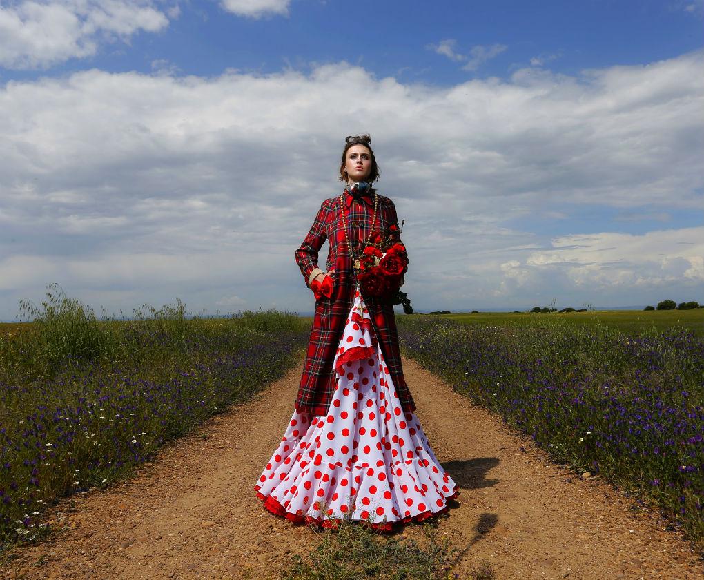 Vestido de Luis Fernández, gabardina de Burberry, rosario de Blasford, pañuelo de Gucci en Sasa. Camino de fe y amor. Editoral de Qlamenco. Foto: Chema Soler
