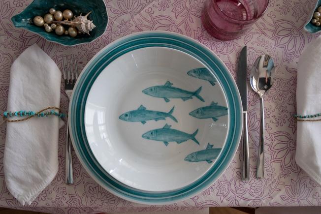 Vajilla de peces y motivos marinos pintada a mano por Forma Vey