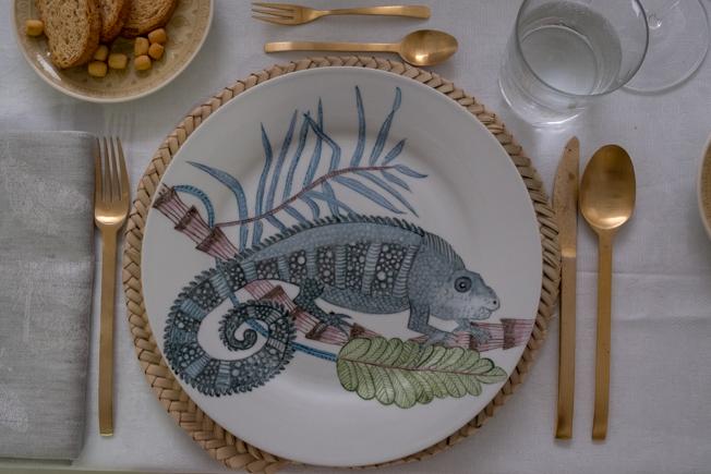 Vajilla de Forma Vey en una mesa decorada con motivos veraniegos tropicales
