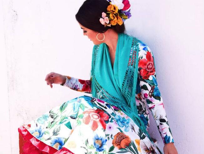 Influencers de moda flamenca. En la foto: Entre cirios y volantes
