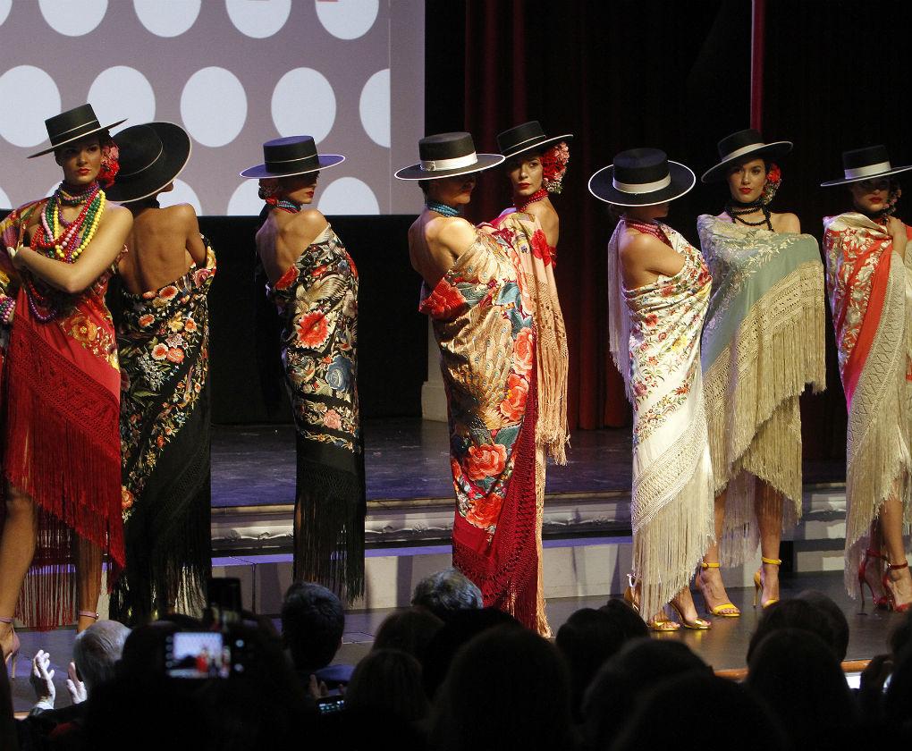Desfile de mantones de Ángeles Espinar en la presentación del libro «Flamenca» de Raquel Revuelta. Foto: Manuel Gómez