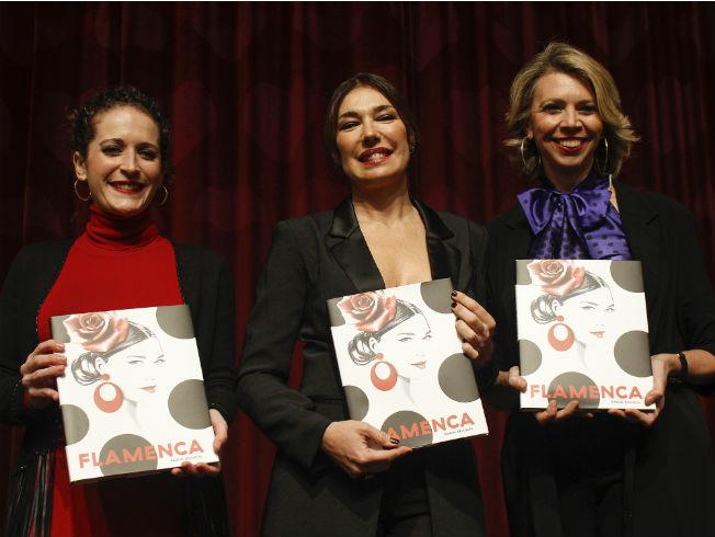 Gloria Ruiz, Raquel Revuelta y Marina Bernal con el libro «Flamenca». Foto: Manuel Gómez