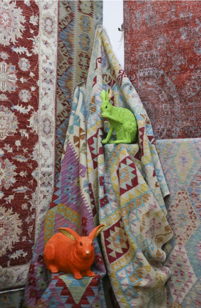 Alfombras y conejos de colores de decoración