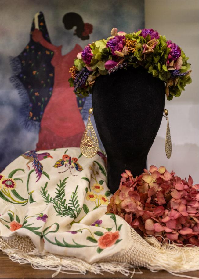 Cuadro de Dalia Berlín, mantón antiguo, corona y pendientes