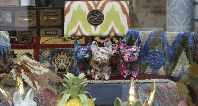 Bolsos de kilim y perros de decoración