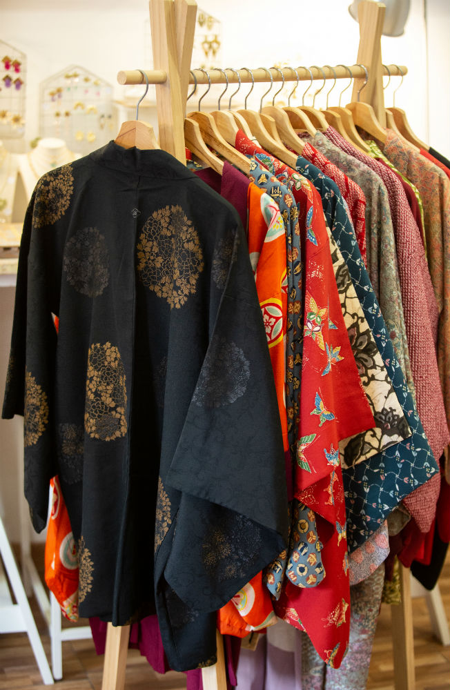 kimonos-seda-japonesa-la-ventana