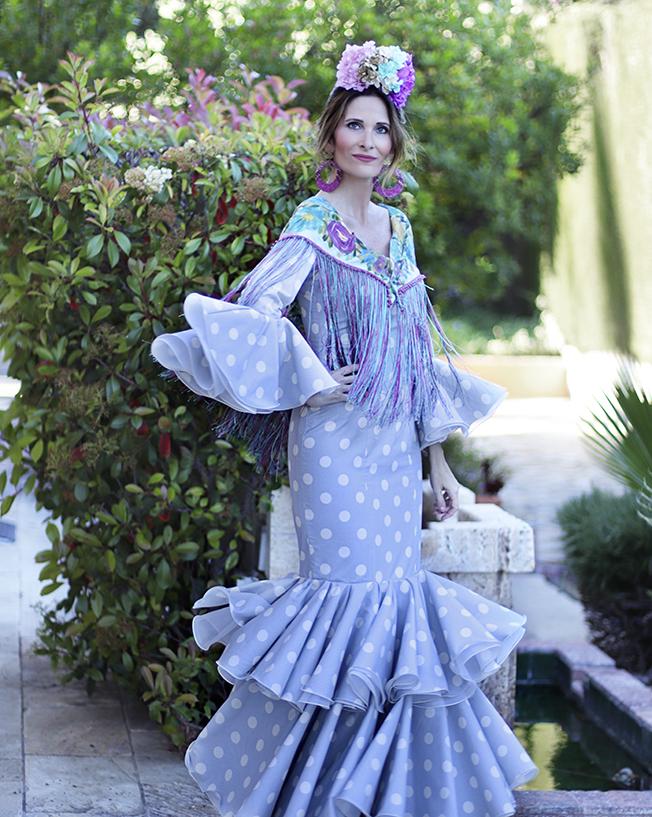 Con paso chic vestida de flamenca