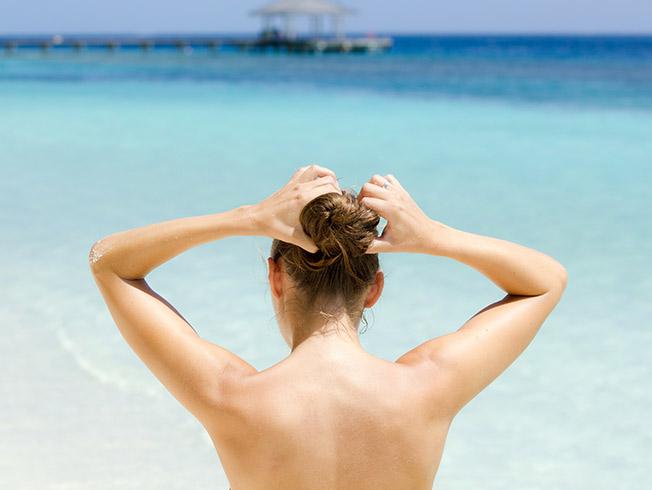Diez errores con los que maltratas tu pelo en verano