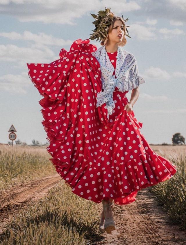 Look de moda flamenca para El Rocío de Gil Ortiz. Foto: Francisco Garrochena