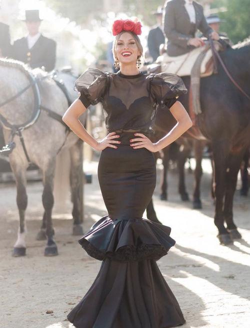 e55a1f7b3 La historia de la blusa de flamenca que enamora a las invitadas ...
