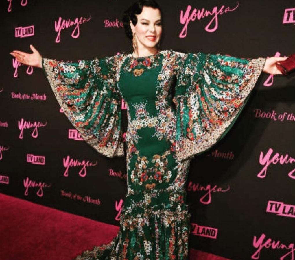 Debi Mazar con traje de flamenca de Carmen Acedo en la fiesta de la sexta temporada de Younger. Foto: @debimazar