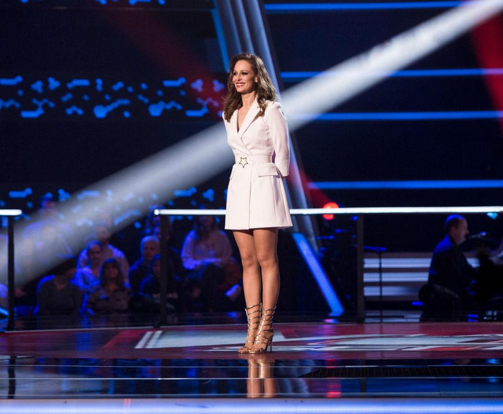 Mini vestido blanco de Eva González en La Voz Senior