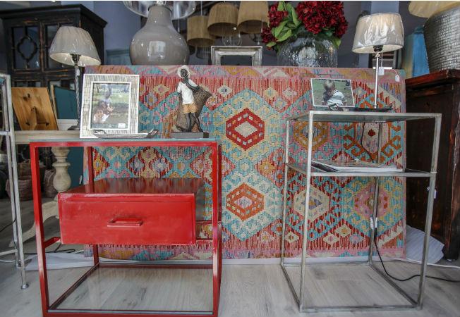cabecero-tapizado-y-mesas