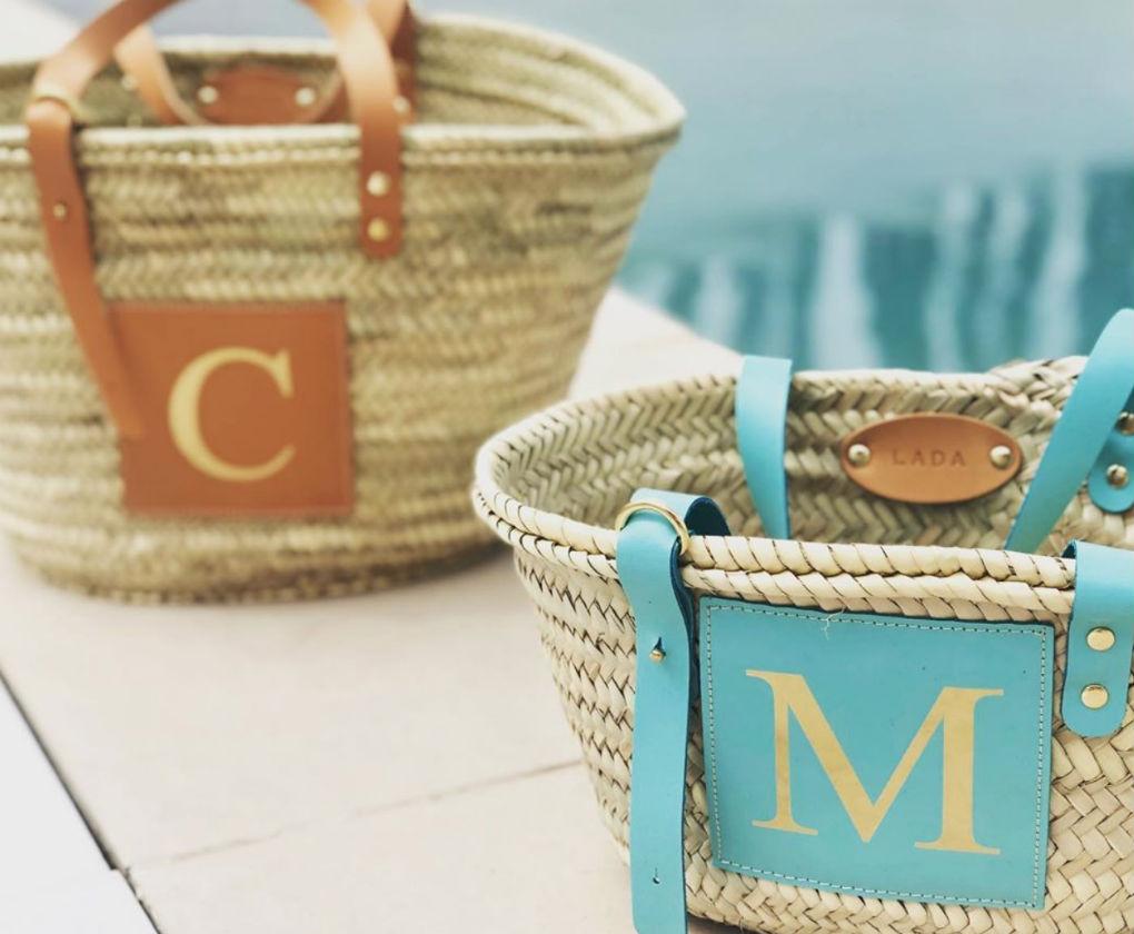 Capazos y cestas personalizadas con la inicial de la marca sevillana Lada