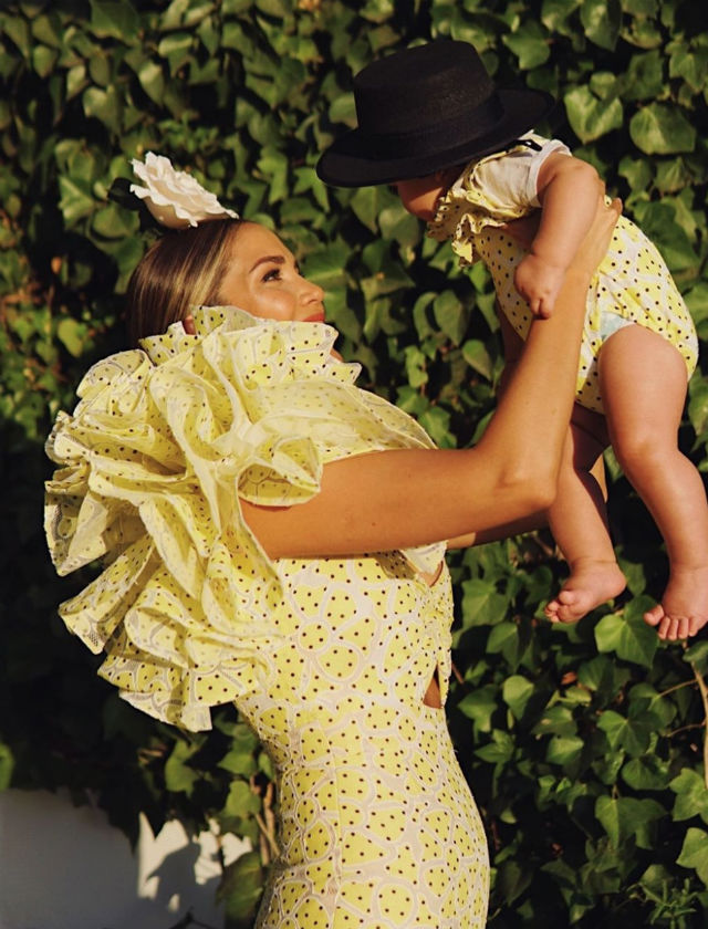 Rosanna Zanetti con traje de flamenca de Juana Martín a juego con su hijo Matteo. Foto: Instagram