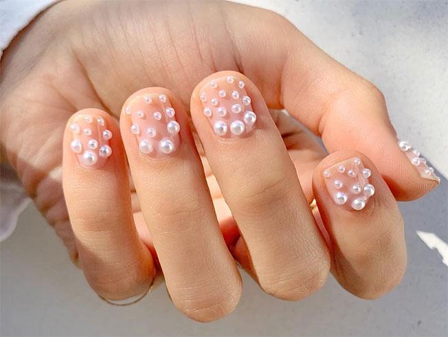 Manicura con perlas, tendencia en «nail art»