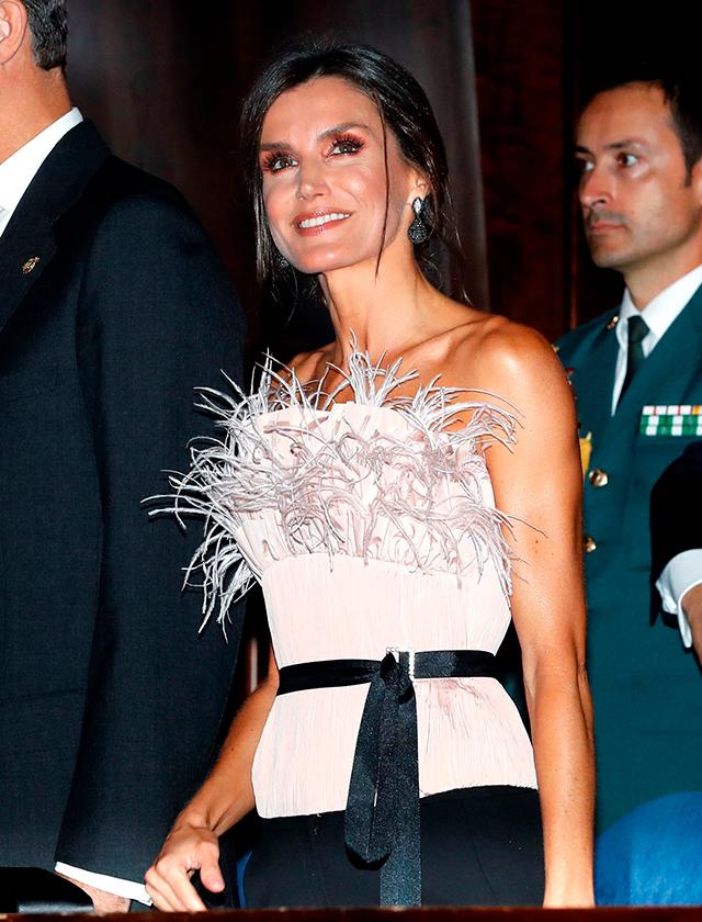Doña Letizia vuelve a impresionar con un corsé de plumas