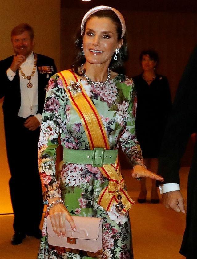 La Reina Letizia con vestido de Matilde Cano y diadema de Nana Golmar en la entronización de Naruhito en Japón. Foto: EFE