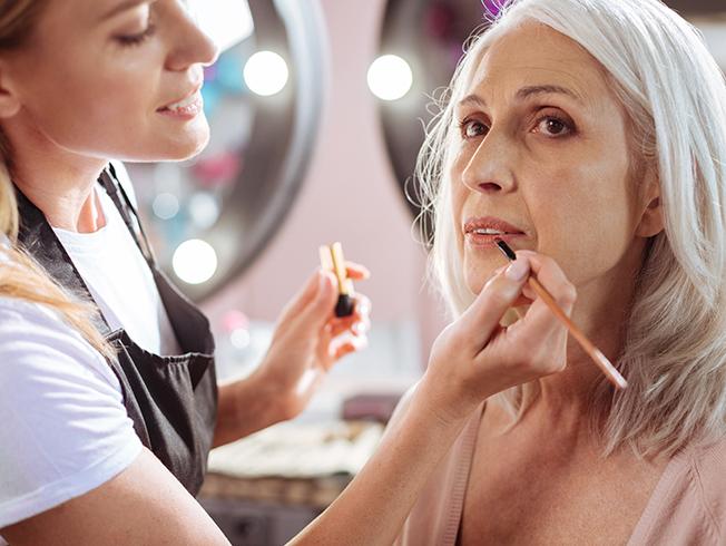 Diez trucos de maquillaje para mujeres a partir de los 40